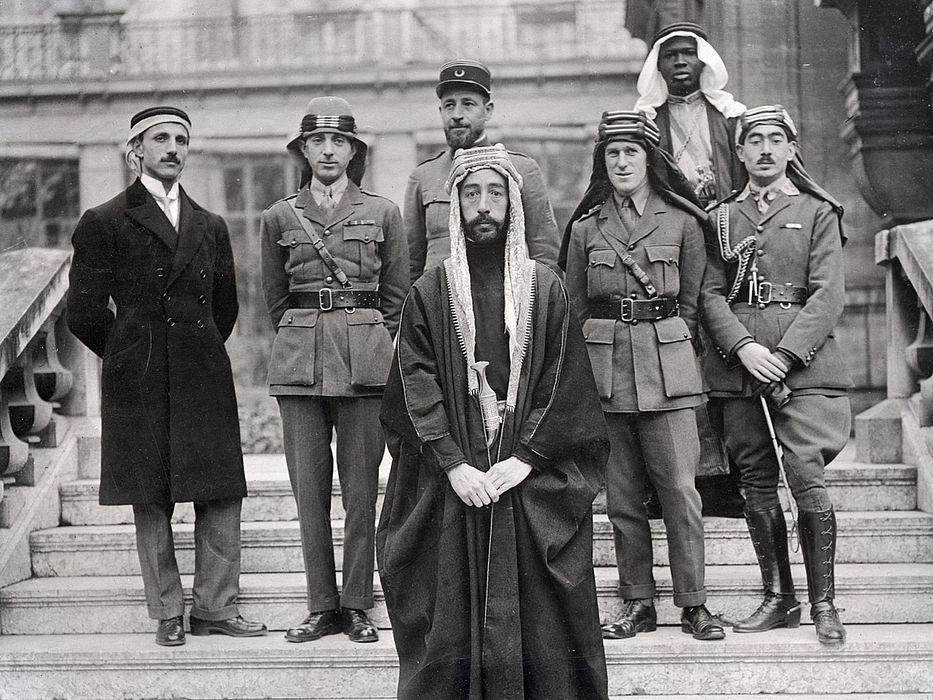 http://revista22.ro/files/news/manset/default/Emirul-Faisal-si-Lawrence-al-Arabiei-in-timpul-Conferintei--de-Pace-de-la-Paris.jpg